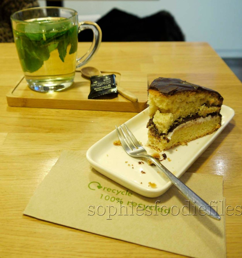 I chose a fresh mint tea & a lovely cake of the day!