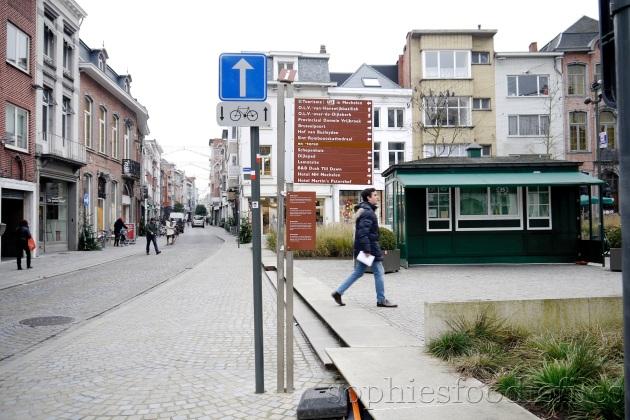 De Korenmarkt on the right side & left, de Onze-Lieve-Vrouwenstraat!
