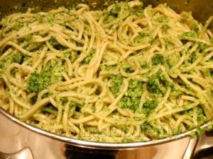 Vegan cashew rocket leaves pesto pasta!
